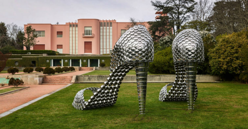 "Organized by the Guggenheim Museum Bilbao, in partnership with the Serralves Museum of Contemporary Art and Kunsthall Rotterdam, Joana Vasconcelos' new exhibition ""I'm the Mirror"" is open to the public since February and will be available until June this year. Today, Easy Walk Experience Blog brings you everything you need to know about it. Check out!  ➡ Easy Walk Experience Blog is all about fashion tips, travel inspiration, lifestyle trends and much more."