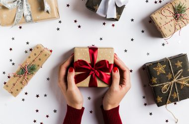 Easy Walk Experience editors have put together the best Christmas gift ideas that will surely make anyone's holiday special. Keep reading to find the perfect gift for everyone on your list! ➡ Easy Walk Experience Blog is all about fashion tips, fashion news, travel inspiration, lifestyle trends and much more.